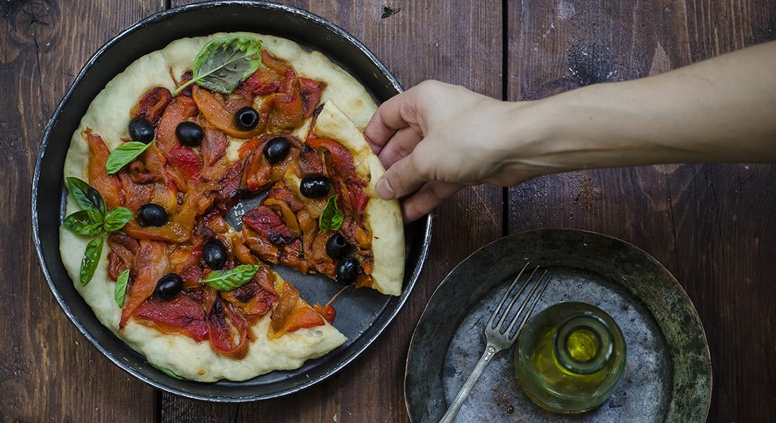 ricette con peperoni pizza con peperoni e olive