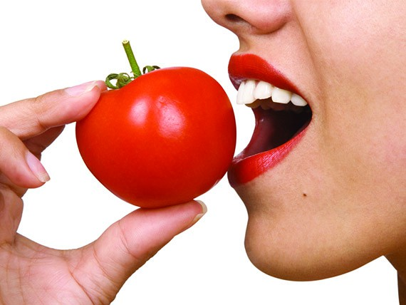 i cibi che aiutano a combattere il colesterolo pomodoro