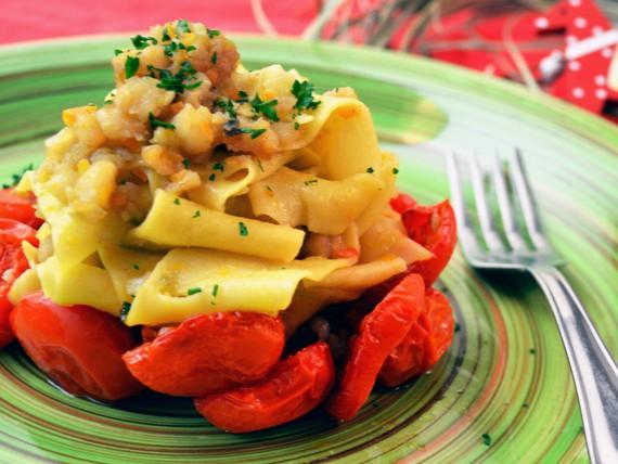 la ricetta per preparare le tagliatelle al ragu di baccalà e pomodori confit