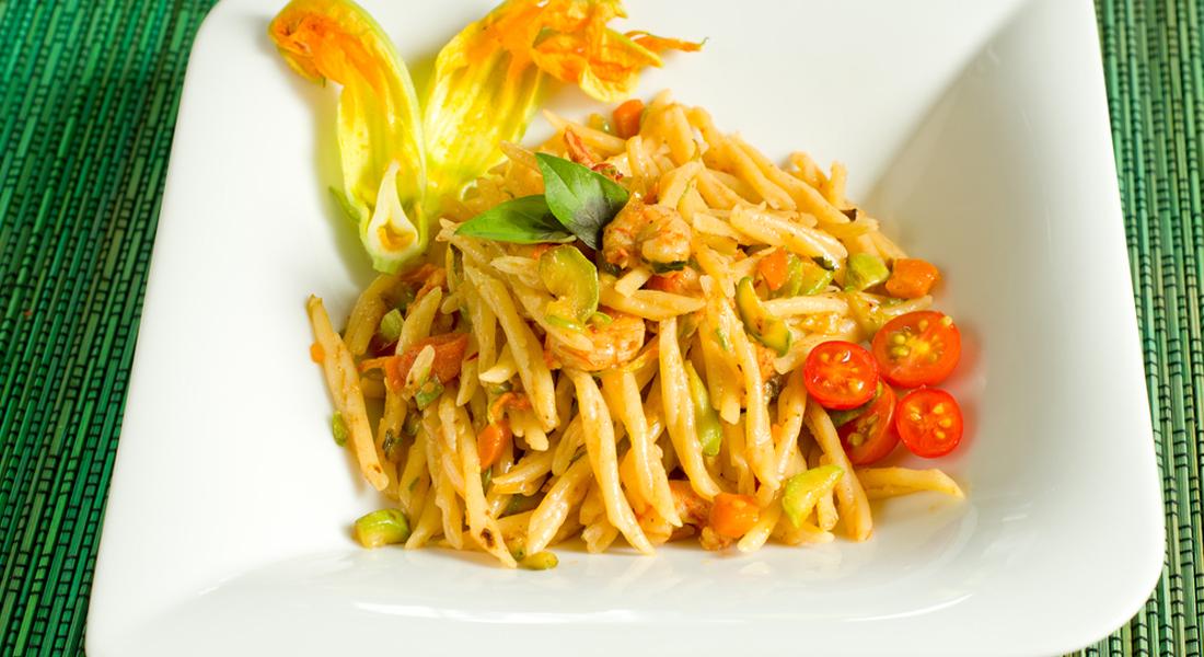 la ricetta per le trofie con gamberetti e zucchine