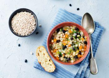 Zuppa di cereali e fagioli, un comfort food energetico e saporito