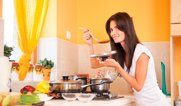 donna che prepara la zuppa contro il raffreddore