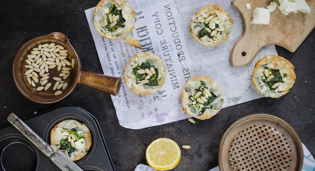 La ricetta dei tortini di spinaci con feta e pinoli