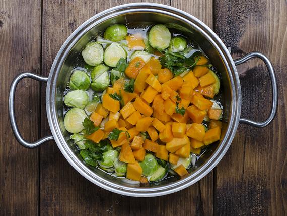 preparazione zuppa di zucca, cavolini di bruxelles e mandorle