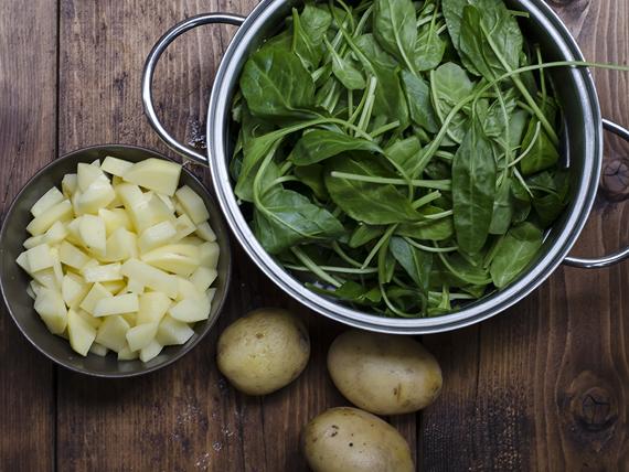 preparazione della zuppa di bietole, patate e kamut