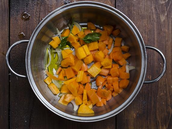 preparazione della zuppa di zucca, carote e legumi