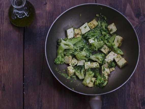 preparazione broccoli e tofu al curry piccante