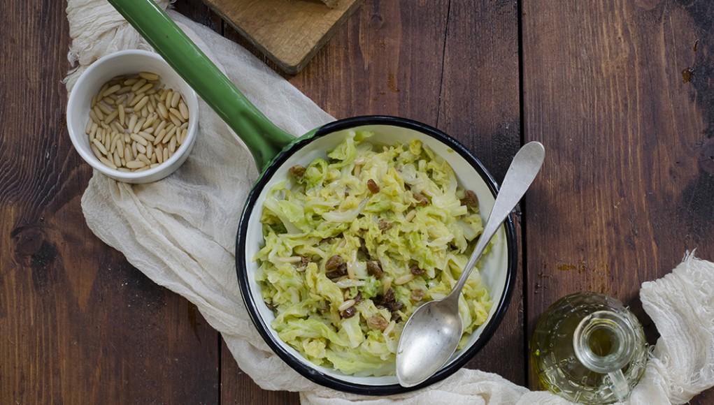 ricetta della verza saltata con pinoli e uvetta