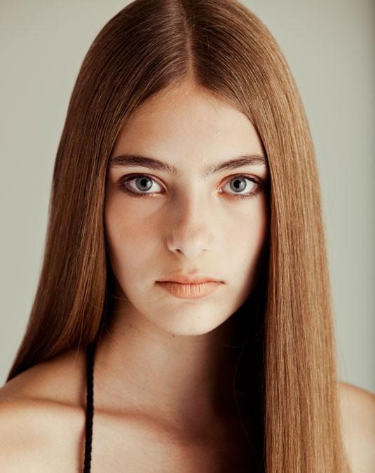 capelli lisci e lunghi riga in mezzo