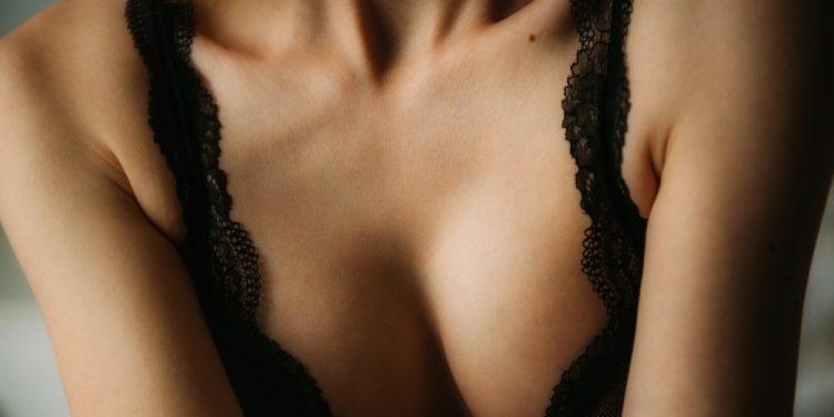 gli esercizi giusti e le creme per rassodare il seno