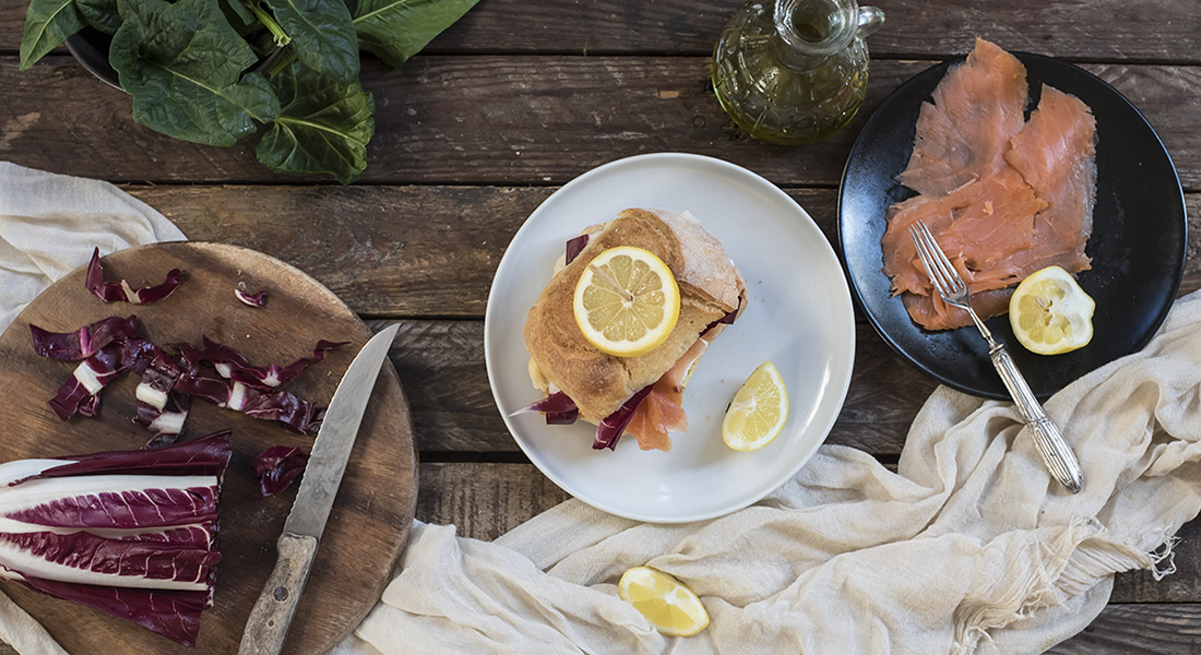 ricetta panino con salmone radicchio e robiola