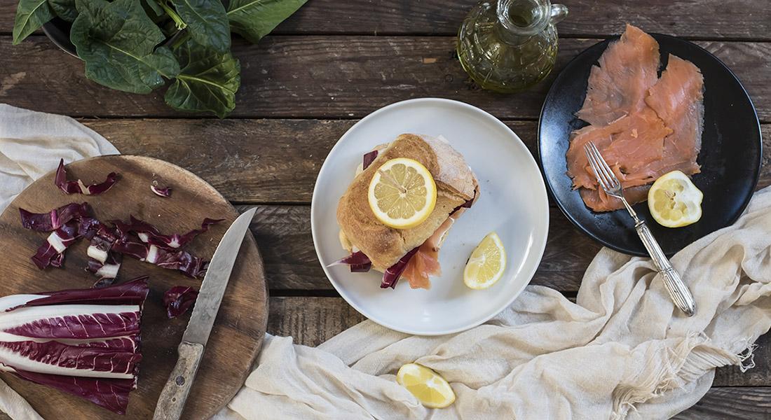 Panino con salmone, radicchio e robiola