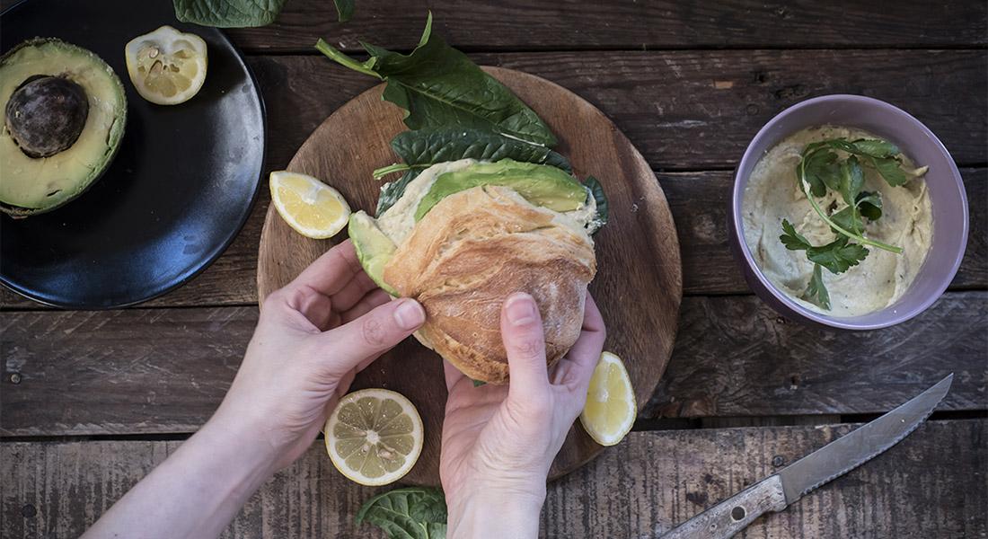 Ricetta con avocado panino veg con hummus di ceci