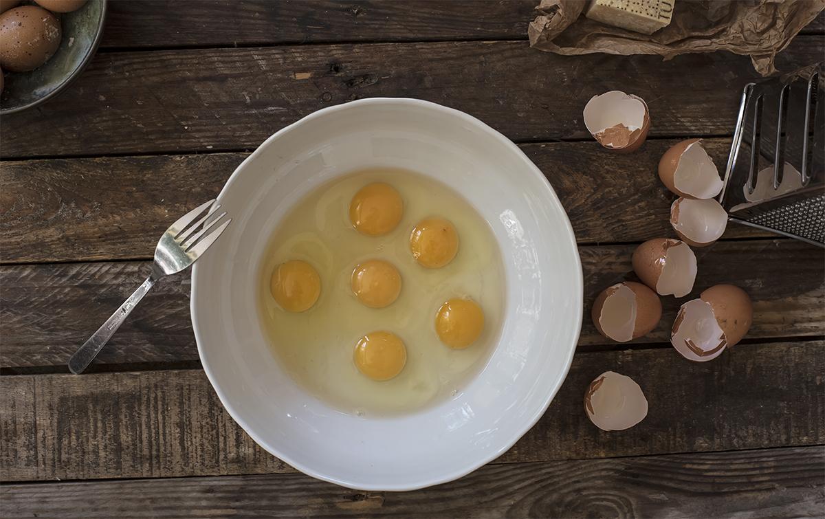 Step 1 metti le uova nella ciotola