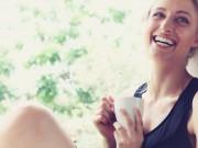 Donna con tazza caffè in mano