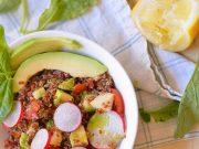 'insalata di quinoa rossa con mela verde e avocado