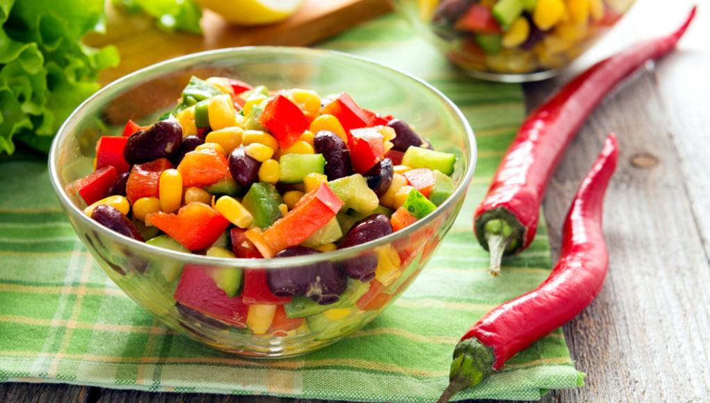 ricetta per celiaci insalata di mais, pomodori, avocado, pomodori