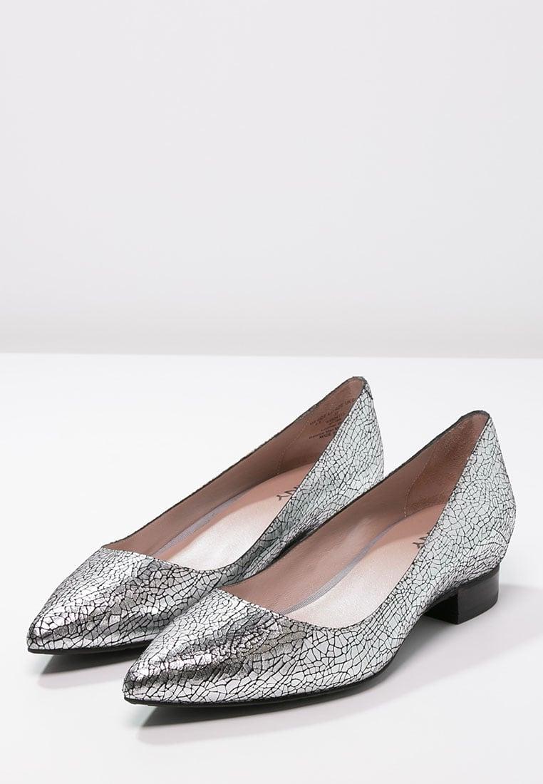 scarpe basse a punta per sembrare più alta