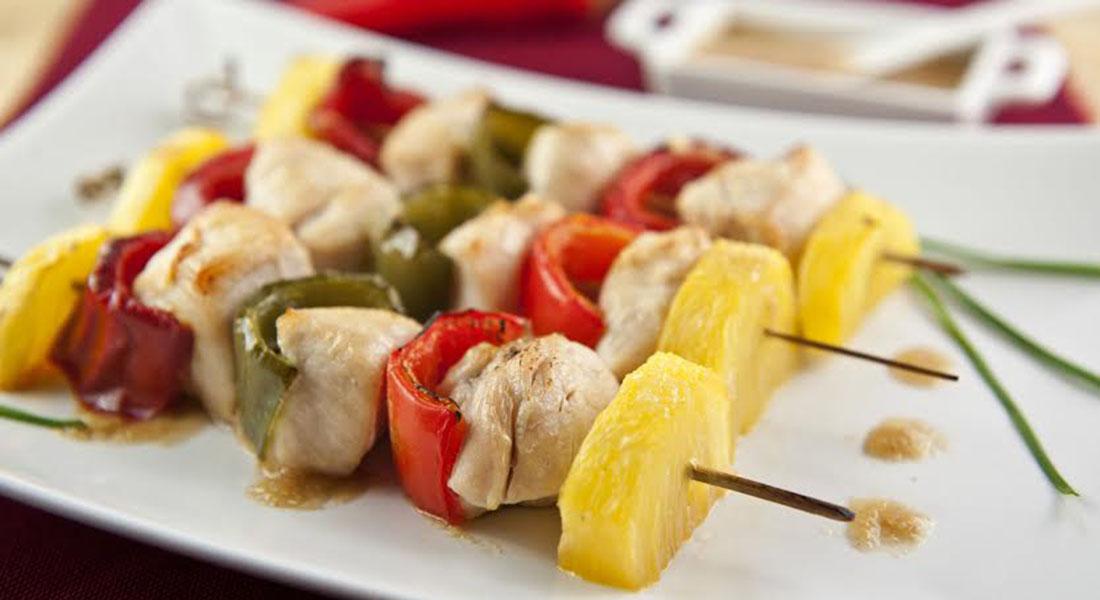 ricette con peperoni spiedini di pollo con ananas e peperoni