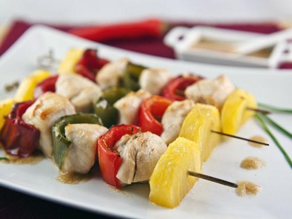 ricetta dei spiedini di pollo con peperoni e ananas