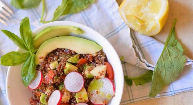 L'avocado cibo ricco di potassio in insalata di quinoa e mele