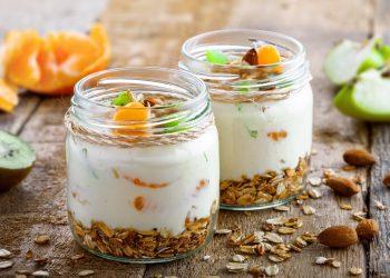 Bicchierini con yogurt e frutta fresca, un dessert leggero e gustoso