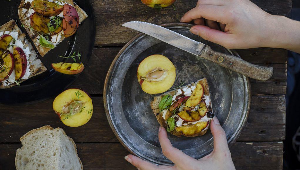 La ricetta della bruschetta con pesche e caprino