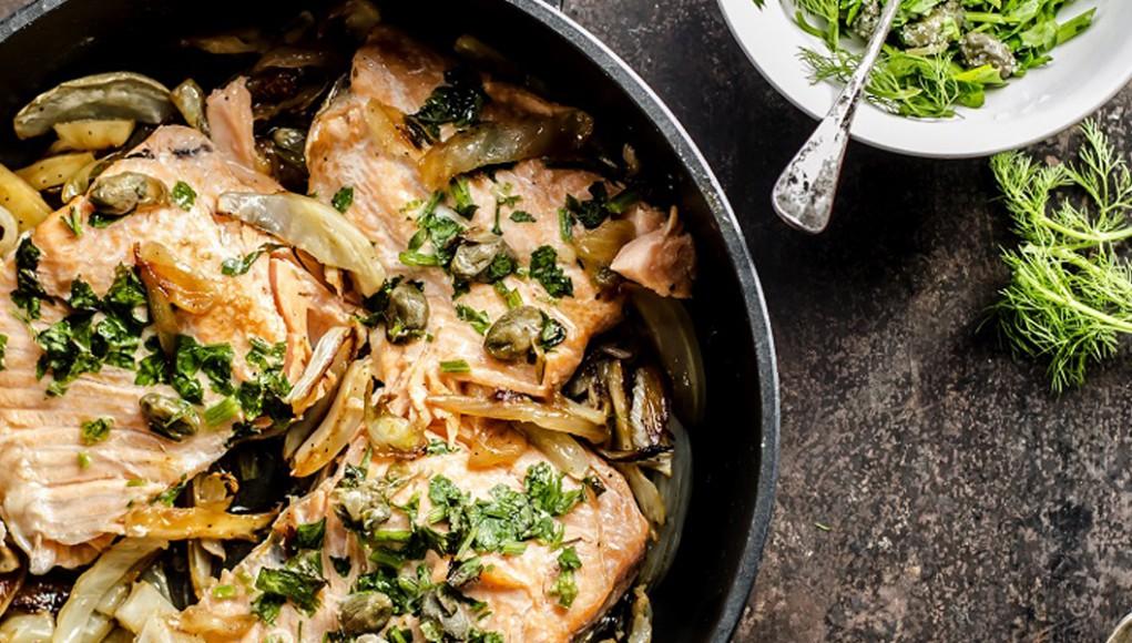 Salmone al forno con finocchi, la ricetta facile per quando sei solo
