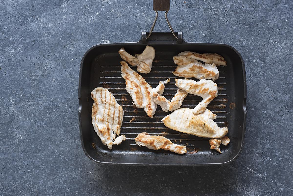 Cuoci il pollo sulla bistecchiera per preparare il chicken wrap