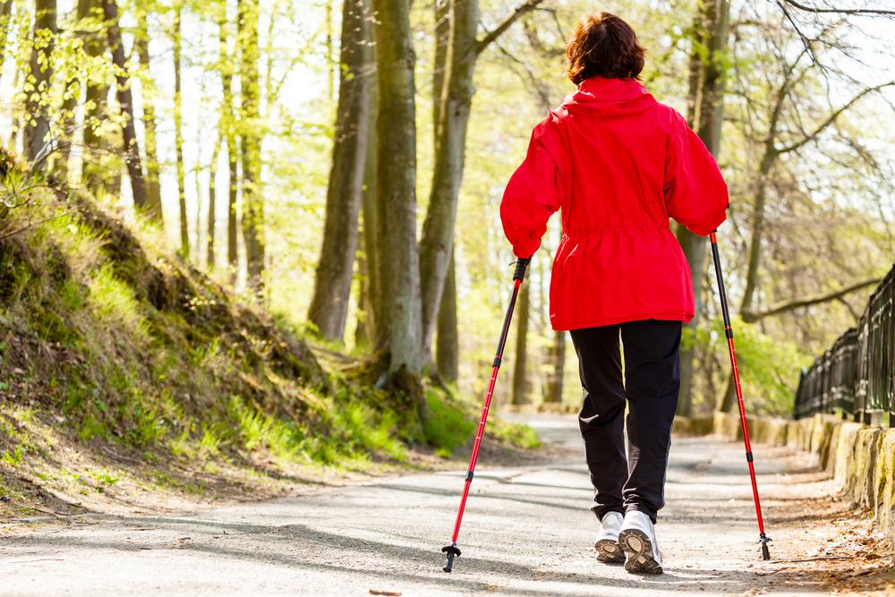 dimagrire camminando, usa i bastoni di trekking