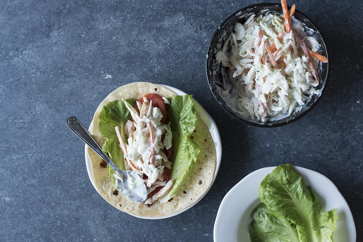 Completa la farcitura della piadina con pollo e insalata