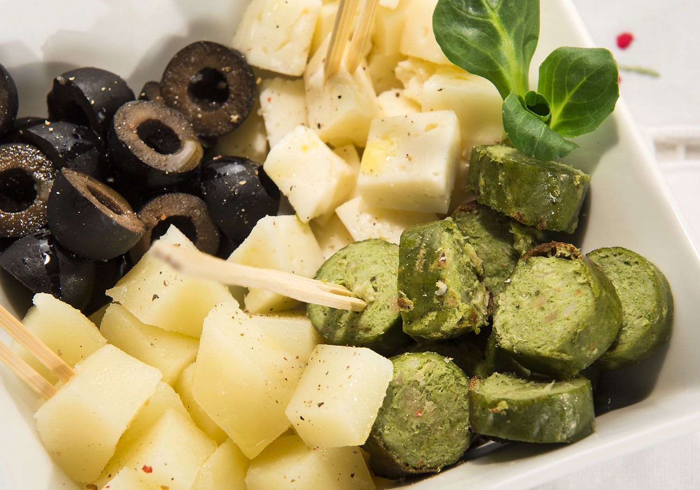 Menu vegetariano con insalata di wurstel di verdure, formaggio e olive