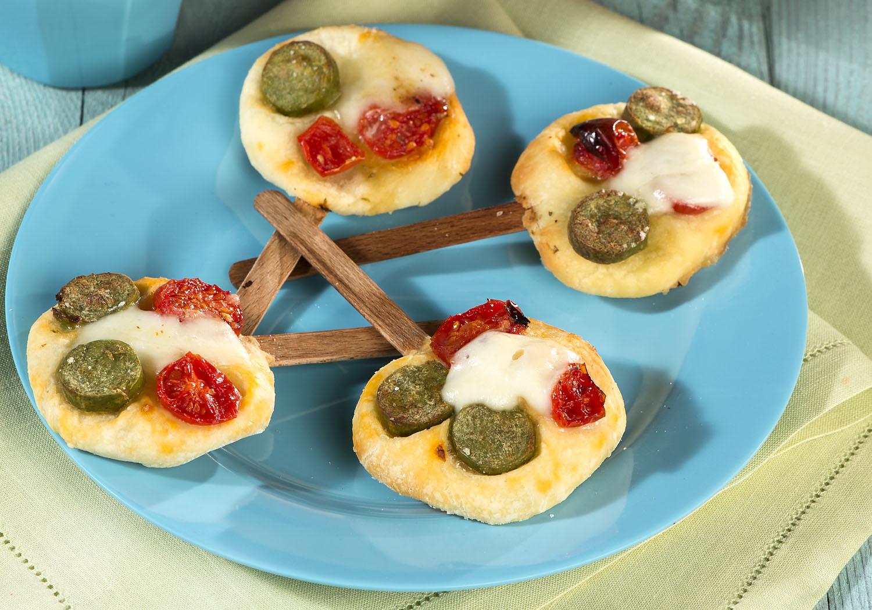 Ospiti vegetariani: pizzette con wurstel di verdure e pomodoro