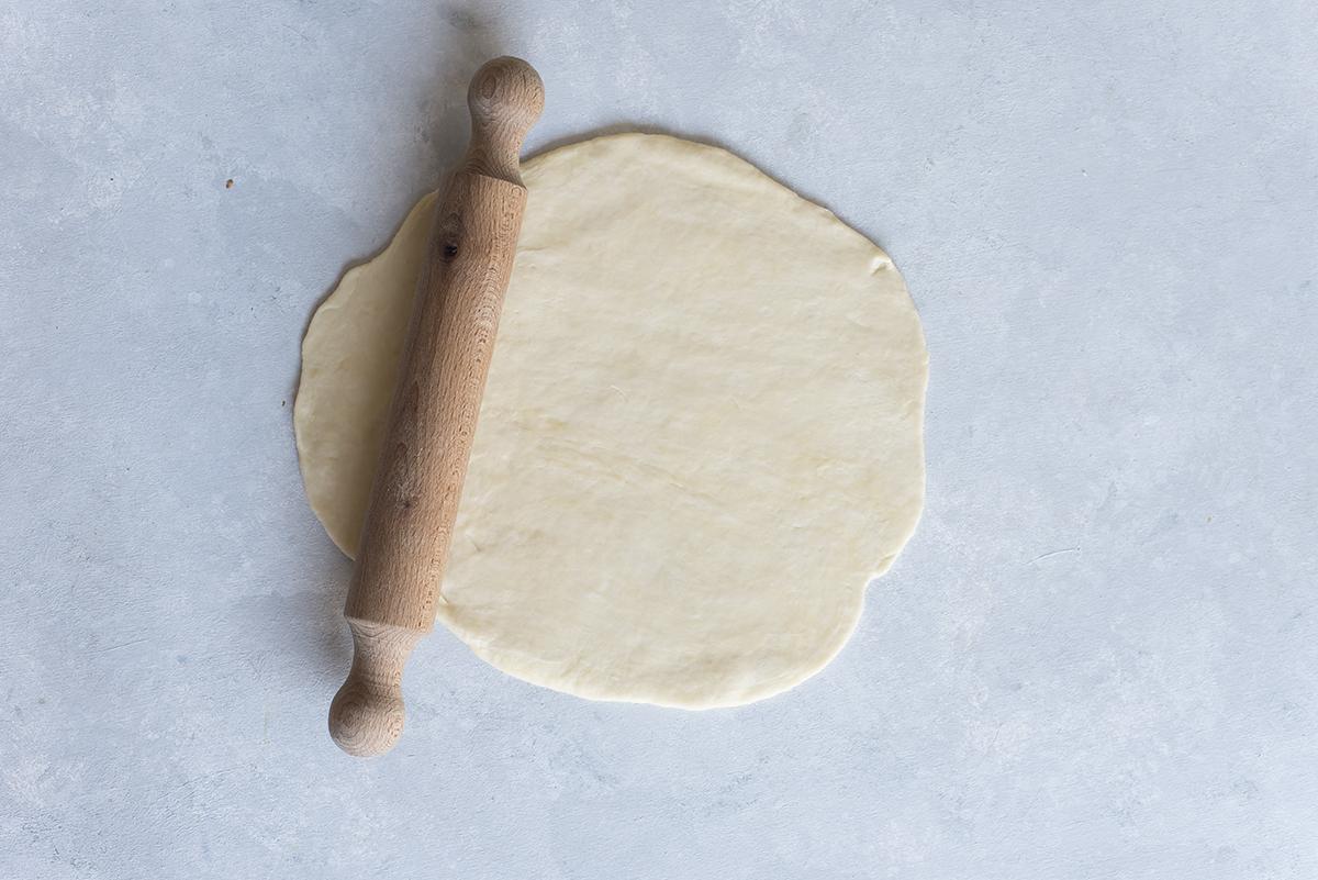 Stendi la pasta brise, base per preparazione dolci