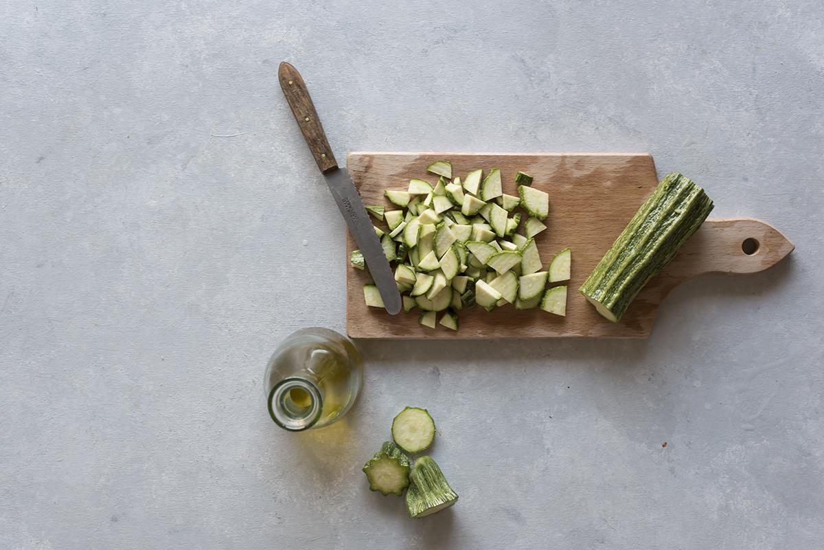 Taglia le zucchine per la ricetta quiche