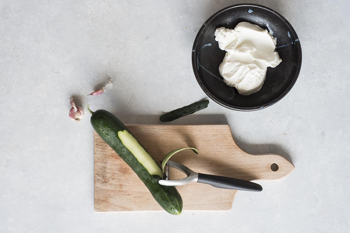 Sbuccia il cetriolo per preparare la veggie wrap