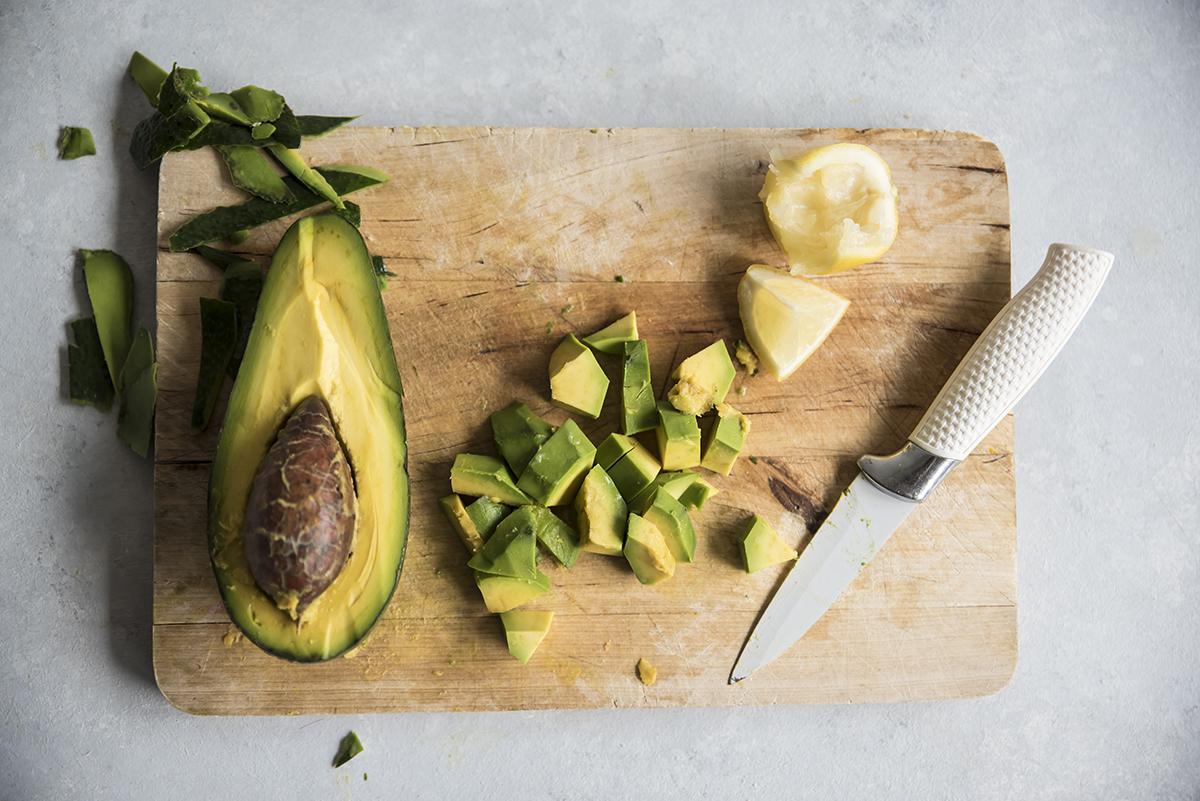 Crostoni con crema di avocado, ricetta con avocado e tonno