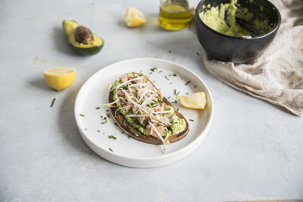 Ricetta dei crostini con avocado, tonno e germogli