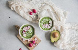 ricetta dell Zuppa di avocado con spinaci e ravanelli croccanti
