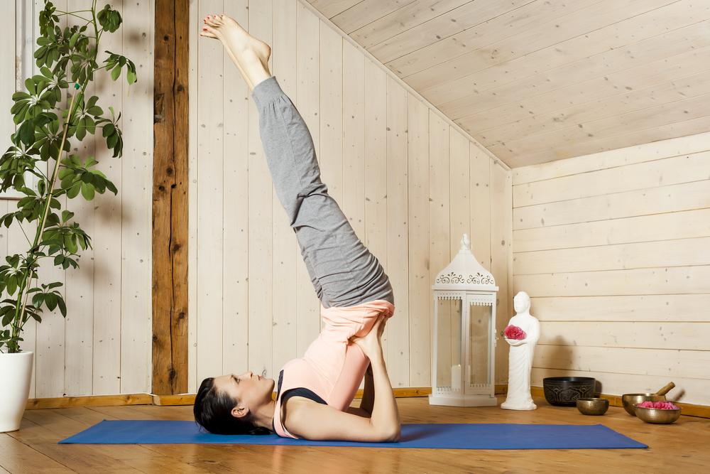 yoga, benefici sul corpo e la mente facendo la capovolta