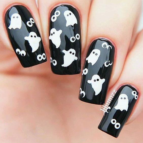 La nail art per Halloween con i fantasmini