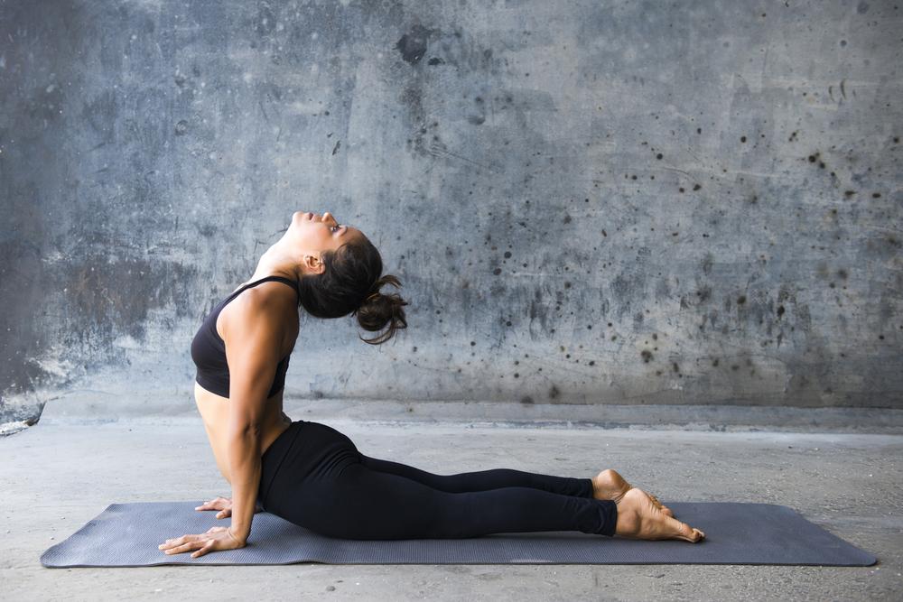 praticare yoga per una pancia piatta con la posizione del cobra
