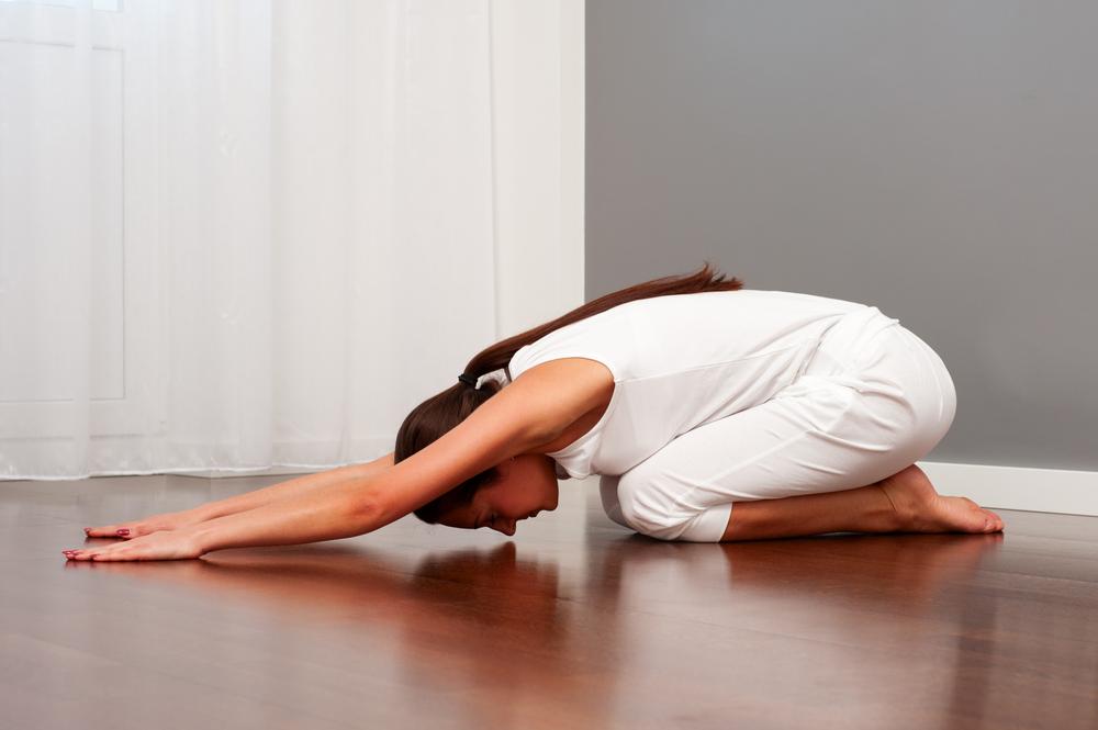 yoga, la posizione del bambino per sgonfiare la pancia