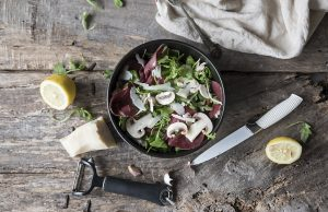 ricetta insalata di funghi, bresaola, rucola e grana