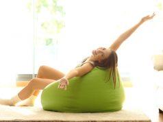 la ginnastica da divano per restare in forma durante le feste