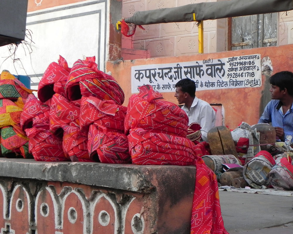 Artigiani realizzano turbanti a Jaipur