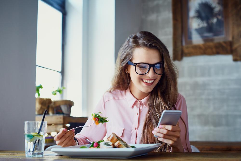 Come sgonfiare la pancia: datti il giusto tempo per mangiare