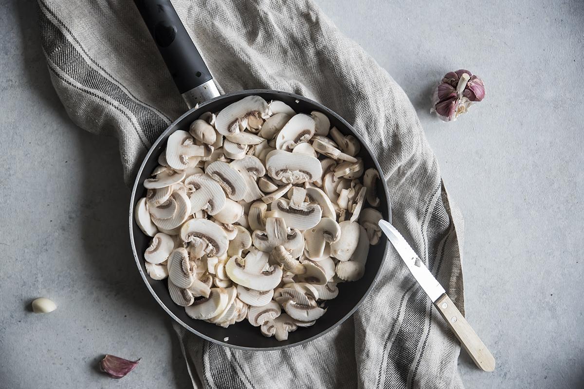 pizza di polenta, cuocere i funghi
