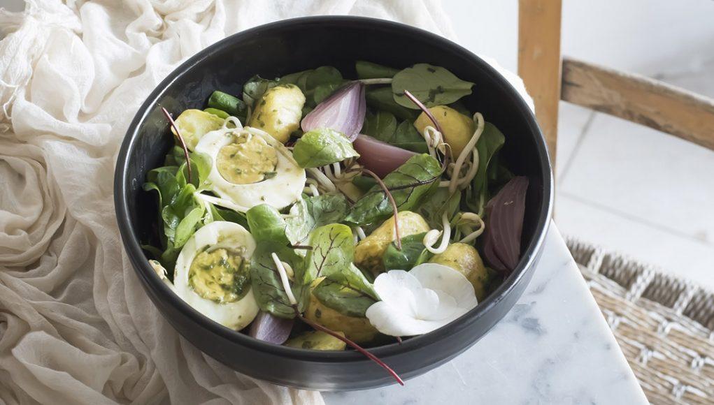 Ricette a meno di 300 calorie: insalata di germogli, patate e uova
