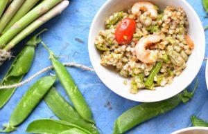 Ricetta insalata primaverile di farro, fave e gamberi